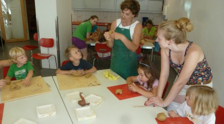 Kinder im Steinzeit-Workshop